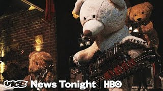 EUROPESE OMROEP | VICE News | This Guy Built A Teddy Bear Robot Band Because He Hates Playing With Humans (HBO) | 1524672000 2018-04-25T16:00:00+00:00