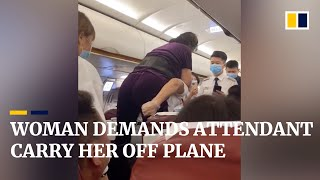 EUROPESE OMROEP | OPENN  | Woman demands flight attendant carry her off plane, after being asked to leave