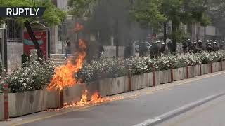 EUROPESE OMROEP | OPENN  | Tear gas flies as thousands march at postponed May Day protest in Athens