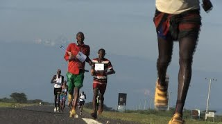 EUROPESE OMROEP | AFP news agency | Northern Kenya warriors run marathon to promote peace | 1524773667 2018-04-26T20:14:27+00:00