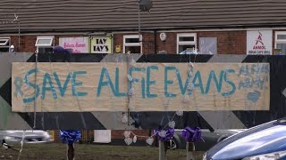 EUROPESE OMROEP | AFP news agency | Tributes outside UK hospital in support of terminally ill baby | 1524765517 2018-04-26T17:58:37+00:00